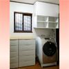 洗濯機上に吊り棚を設置して、上部スペースを有効活用♪