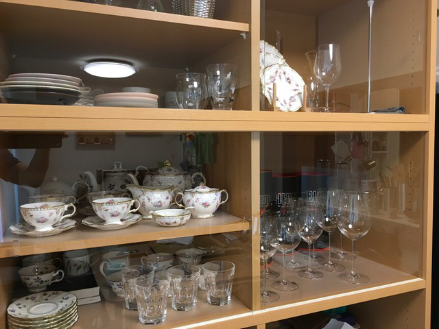 オーダー(特注)食器棚を、天井いっぱいのオーダー家具の「ガラス引き戸仕様」で作成。